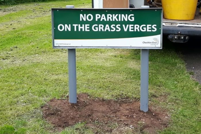 no parking on grass verges sign